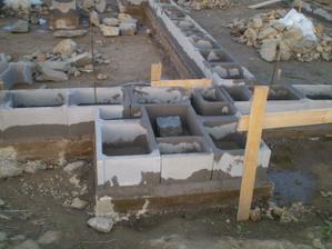 Základ pod schody - základní kámen, který jsme dostali svatebním darem bude uprostřed schodiště do domu