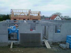 Zedníci dokončili i nosné zdi uvnitř domu - den třetí