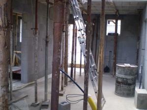 Podepřené stropy, dům  ještě bez příček...