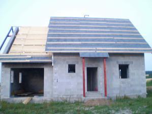 Podpěry před vchodem budou ještě jednou natřeny poté bude barva správná - mahagon...