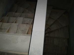 Zašalované a vybetonované schodiště