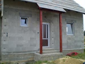 s okny a vchdovými dveřmi