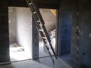 Úplně vpravo koupelna poté asi ložnice (na fotce uprostřed) a pokojík: Ještě je úplně vlevo jeden malý pokoj (buď pracovna či šatna) a za mnou se ve skutečnosti nachází pokoj nad garáží