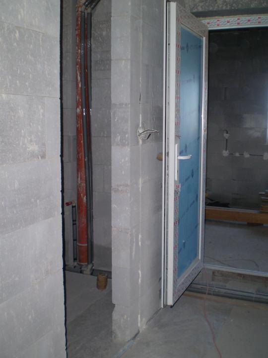 Vlevo dolní mini koupelnička kde bude wc, sprchový kout a umyvadlo. Dveřmi se dá jít do garáže