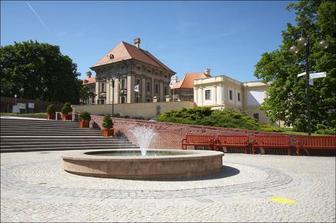 pohled na zámeckou kapli z náměstí