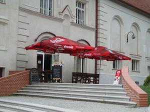zamluvená restaurace zvenku, hned u zámku a na náměstí