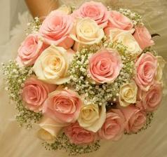 taky krásná kytka, jen bych si ji představovala s růžemi ve vínové barvě a smatanové... (okopírováno)