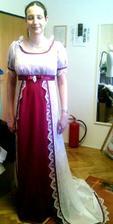 konečná podoba mých šatů... empírové. Na mě radši moc  nekoukejte.. :oD
