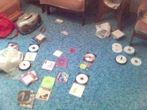 takhle probíhalo vytváření CDček s hudbou na hostinu... vypadá to chaoticky, ale orientovala jsem se v tom... :oD
