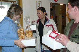 předávání výslužek, koláčků a chlebíčků den před svatbou - doma u mé mámy a švici