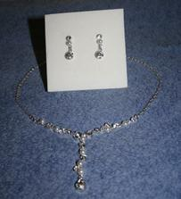 detail naušnic a náhrdelníku