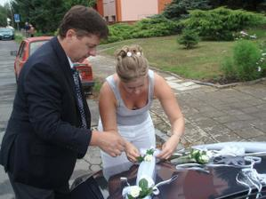 nevěsta si nejdřív musela auto ozdobit a pak si do něj sednout :o)