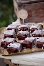 """brownies - výborná pochoutka, taky ve """"svatebním obleku"""" :)"""
