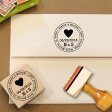 pěkný nápad! svatební razítko na obálku s oznámením.. :) uvažujeme ještě o pečetidle na zakázku s našimi iniciálami,ale toto se mi popravdě líbí i víc :)
