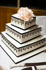 tvarově tento dort, akorát místo černé stuhy širší zelená plus nějaké ozdoby (nejspíš květiny)