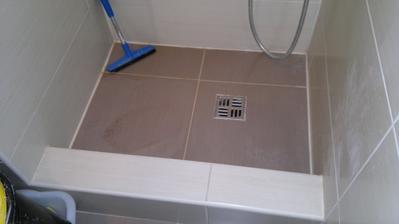 Špatně vyspádovaný sprcháč, voda neodtéká, řemeslník si účtuje 500,-Kč/za položení obkladu - musíme to udělat znova