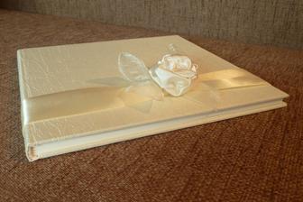 předělaná kniha od mamky, krásně ji přetvořila a udělala na ní mašličku a růžičku ze saténu