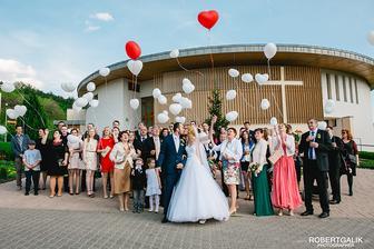 Velmi ochotni a mili ludia z balonovevyzdoby.sk nam priniesli baloniky priamo pred kostol :)