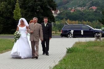 S tatínkem a s družbou na cestě do kostela.