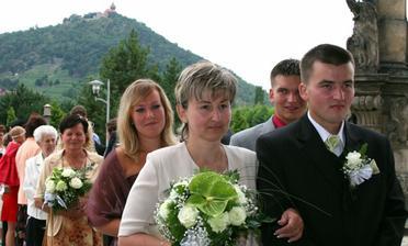 Ženich s maminkou před kostelem