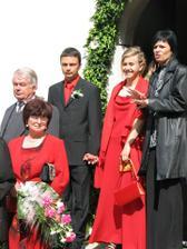 červené zátišie hostí