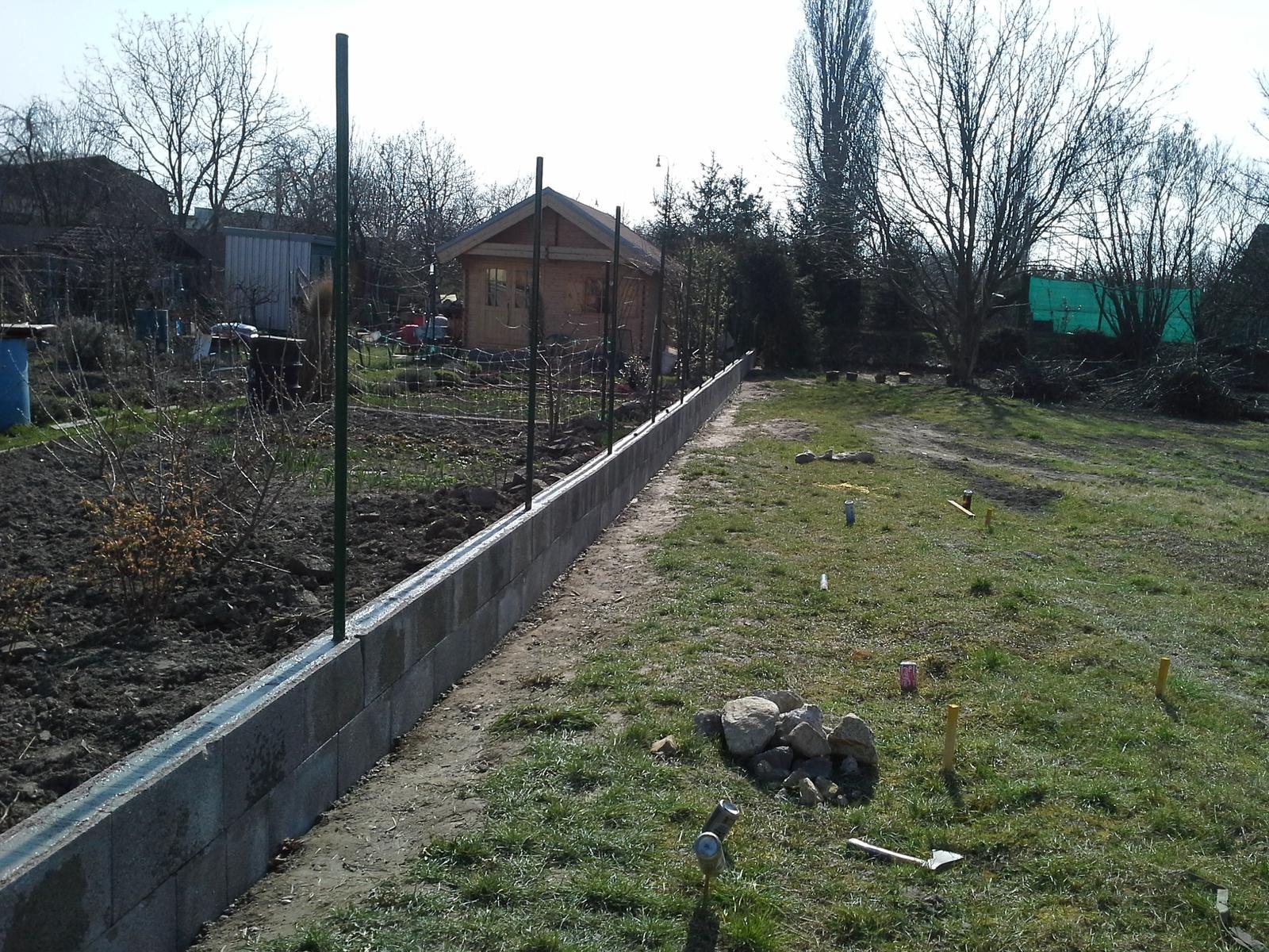 Nas zamocek - Klassik 148 prodom - Uz bude pomaly plot k susedom ...este pletivo a potom tujky