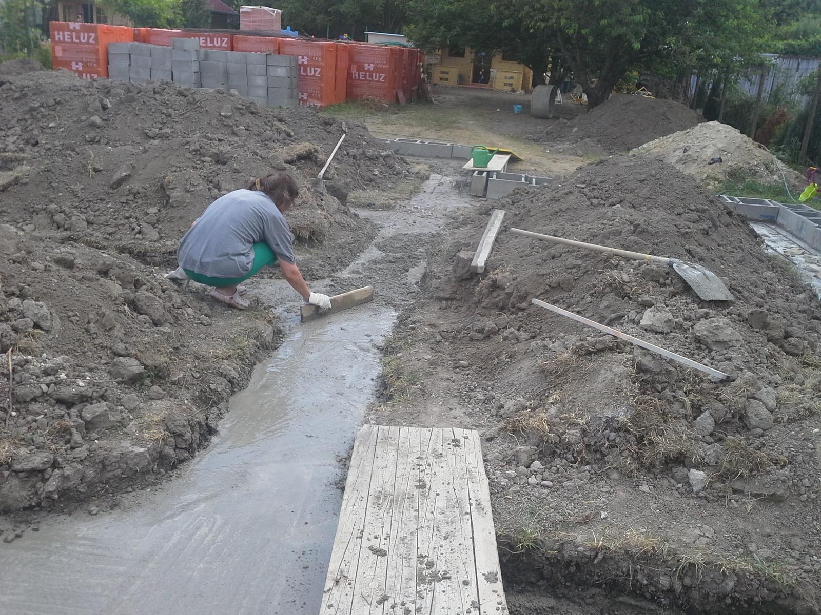 Nas zamocek - Klassik 148 prodom - je teplo, beton tvrdne, aj babija zarovnava..