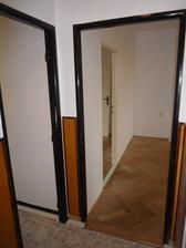 Vlevo kuchyň, rovně budouci prodloužená chodba a z ní pokojíček a ložnice