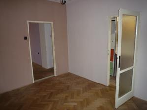 Vpravo kuchyň, vlevo budou dveře zazděné