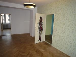 Rovně dveře zazděné, vpravo se dveře do pokojíčku budou posouvat do leva (místo původních bude příčka)