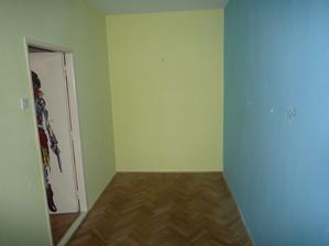 Pokojíček, dveře budou posunuté úplně u zdi