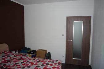 Vedle dveří vlevo bude vestavěná skříň