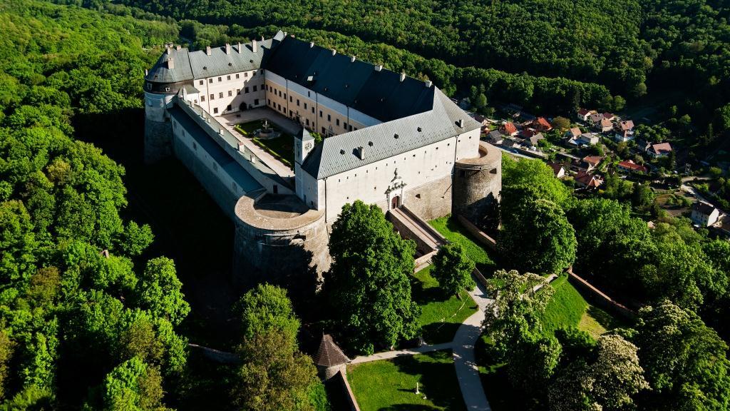 Krásne miesta Slovenska vhodné na svadobné fotenie - Červený kameň