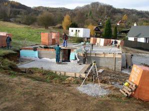 Příprava před betonáží základové desky nepodsklepené části.
