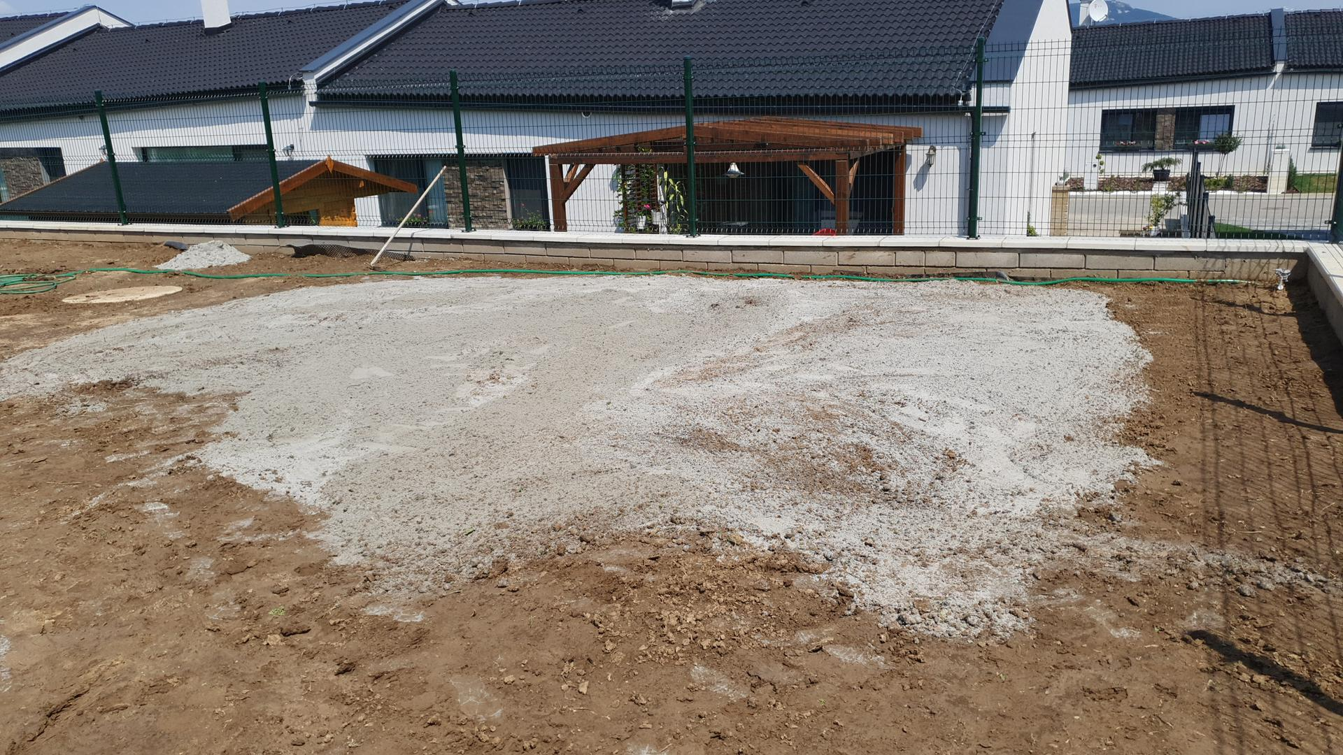 Travnik - Vyrovnavanie malych nerovnosti (okolo 5cm do hlbky) kremicitym pieskom 0-1 mm.