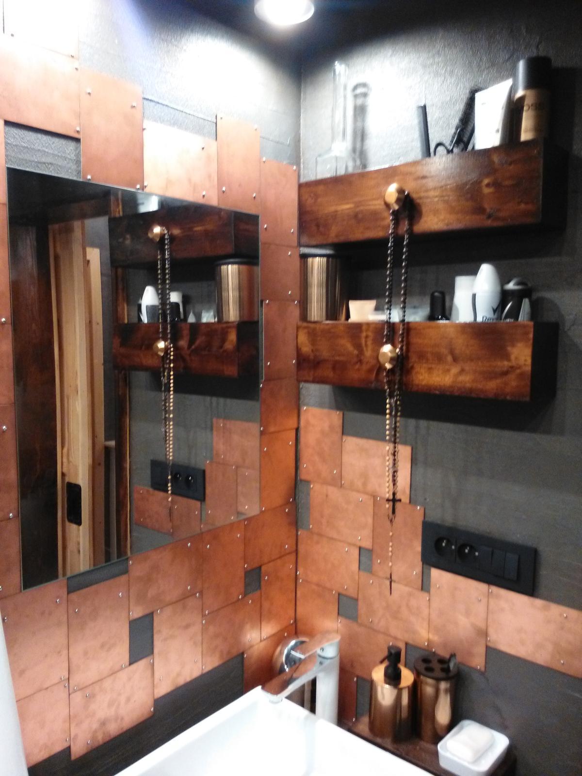 °°° Hnízdečko v podkroví  °°° - °°° obklad v koupelně je zajímavý především tím, že jsme použili takzvané,,tištěné spoje,,, které jsme jednoduše sestavili v mozaiku a přišroubovali šroubky s kulatou hlavičkou °°°