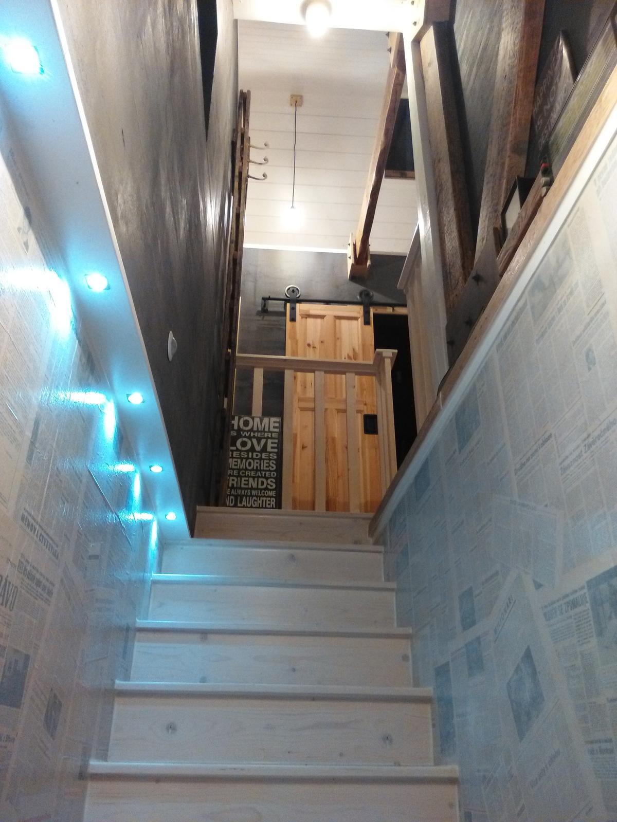 °°° Hnízdečko v podkroví  °°° - Takový schody do nebe... hm, hm postavit chtěl bych pro Tebe, vždyť Ty jsi bílá, jako ta víla nemyslíš vůbec na sebe, hm, hm....