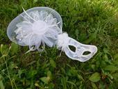 škraboška a síťový klobouček pro nevěstu,