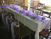 Bílá organza s fialovou kytičkou na židle,