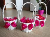 Svadobné košíky aj s lupeňmi ruží,