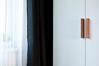 Jednoduchost .. tyhle jednoduchý bílý skříně s dřevěnýma úchytama se mi prostě neokoukají !