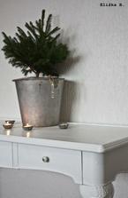 II. Adventní neděle. Stůl a pidi Vánoční stromeček, kýbl ukořistěn v tátově kůlně , svícny z ošuntělých formiček na košíčky..