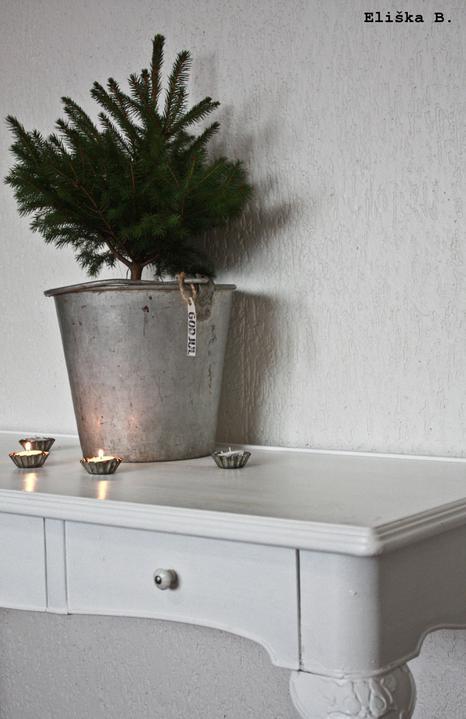 Hnízdo - II. Adventní neděle. Stůl a pidi Vánoční stromeček, kýbl ukořistěn v tátově kůlně , svícny z ošuntělých formiček na košíčky..