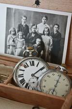 Památeční šperkovnice, foto s malou prababičkou, praprababičkou a kapesní hodinky po pradědečkovi