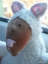 První ušitá ovec (vlastně hračka vůbec) ..