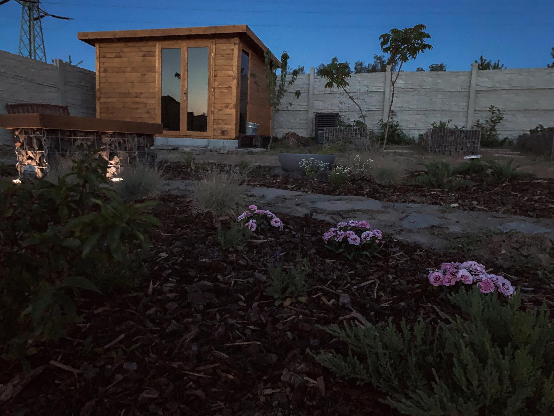Trocha zahrady ..  To zakládání je šílená dřina - Obrázek č. 3
