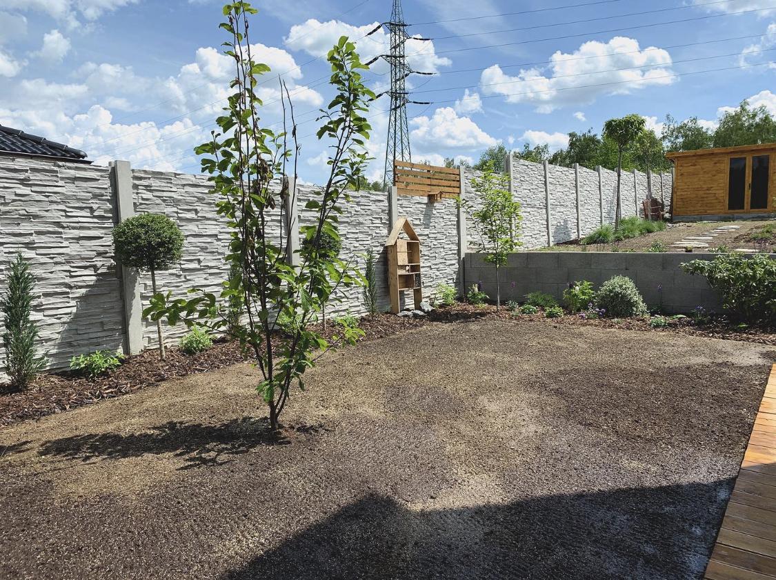 Trocha zahrady ..  To zakládání je šílená dřina - Obrázek č. 6
