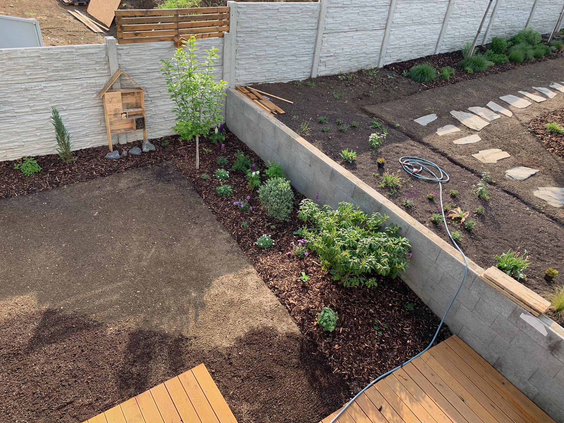 Trocha zahrady ..  To zakládání je šílená dřina - Obrázek č. 7