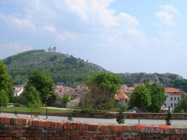 An&Rom 26.8. zamek Mikulov - vyhled z obradni sine je na uzasny Svaty kopecek