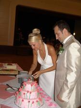 krajeni dortu, kazde patro melo jinou napln